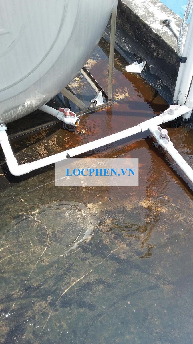 Nước máy bị đục đen chảy ra từ bồn