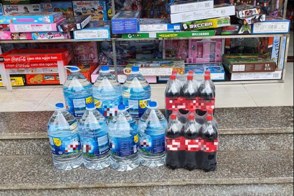 Không ít cửa hàng hết sạch nước, chỉ còn loại bình 6L