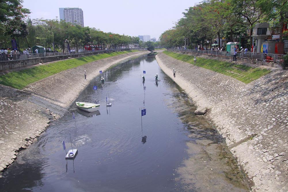 Chuyên gia Nhật giữa trưa lội nước, sông Tô Lịch chờ đón điều bất ngờ