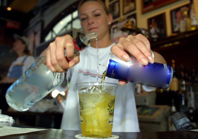Rượu pha nước tăng lực nguy hiểm khó lường