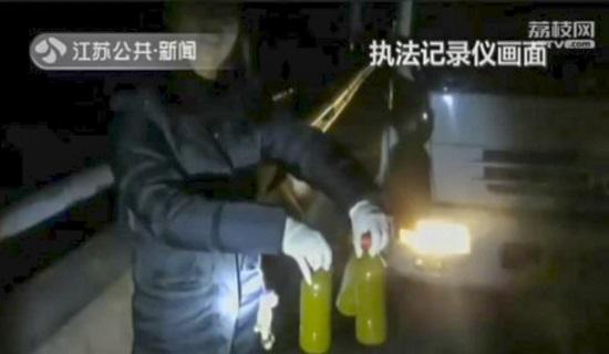 Dùng xe phun nước ngụy trang để lén xả thải xuống đường