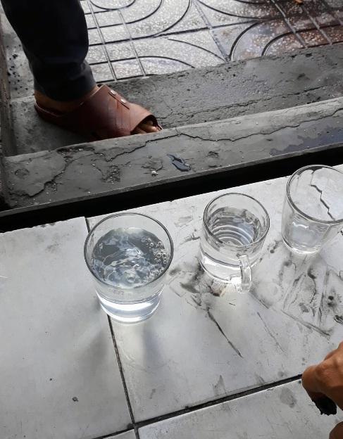 Nguồn nước được rót vào 2 ly