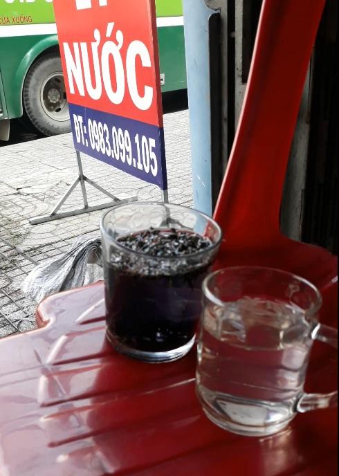 Ly nước sau khi bỏ trà vào nước liền chuyển qua màu tím đen
