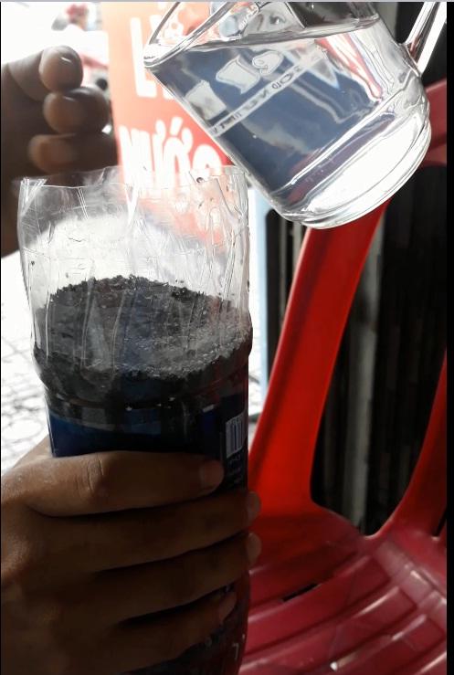 Ly còn lại chúng tôi chế vào trai nhựa có chứa hạt lọc