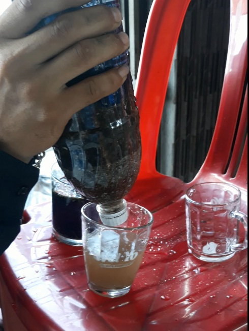 loc nuoc bang chai nhua tu che -Vì vật liệu lọc mới nên còn bụi nước 1-2 ly đầu hơi đục